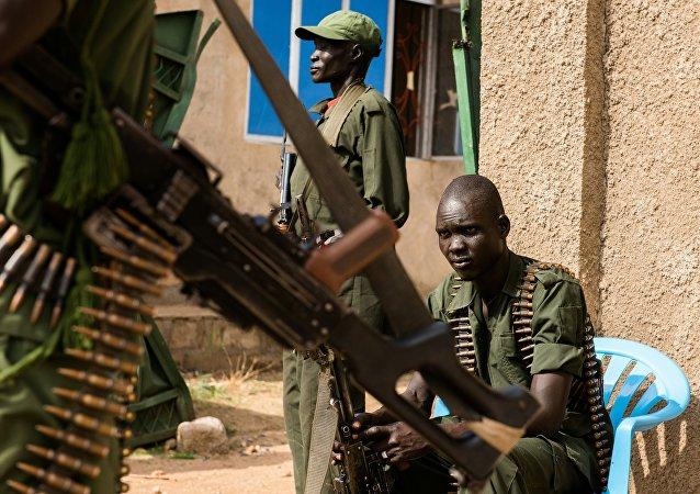 Um grupo de soldados rebeldes do Sudão do Sul no seu posto em Juba em 25 de abril de 2016, data da chegada do seu comandante Simon Gatwech Dual