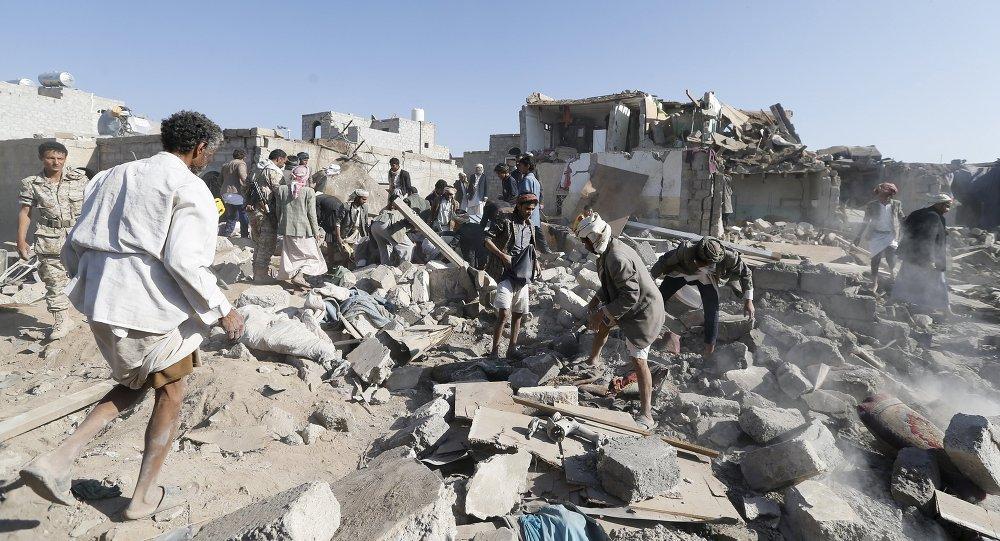 Destruições perto do aeroporto de Sanaa no Iêmen após golpes aéreos, 26 de março 2015