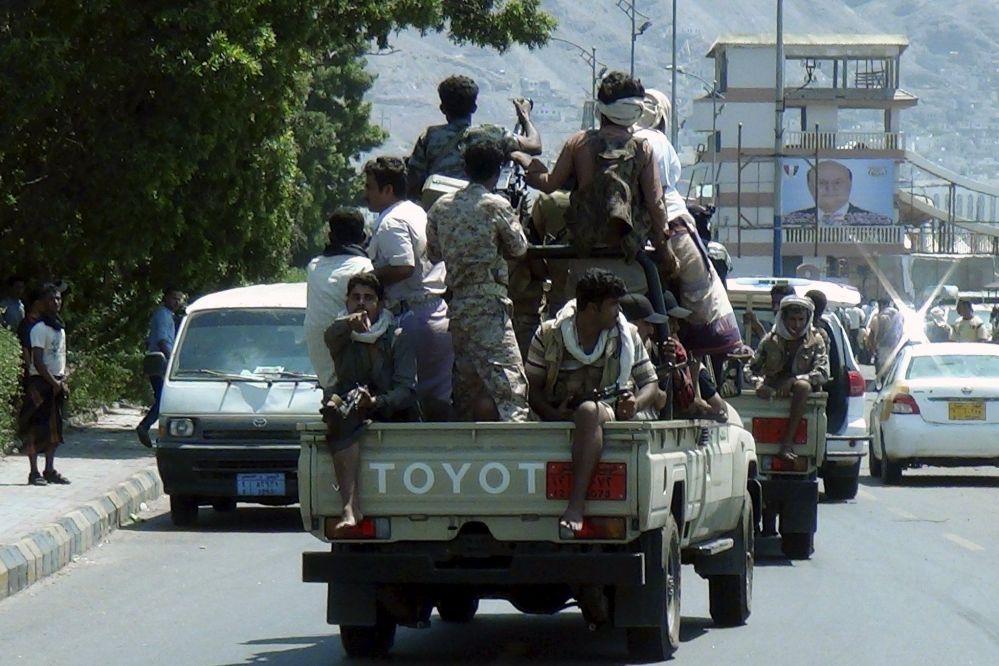 Miliatares leias ao governo do Iêmen patrulham a cidade de Aden