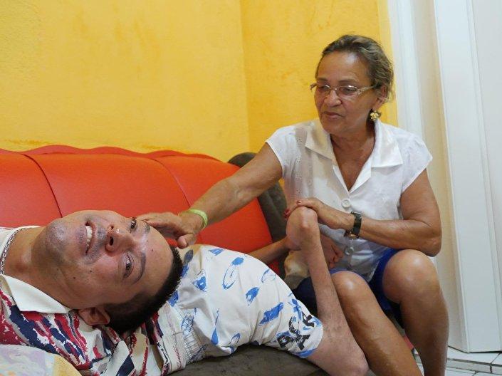 Claudio e a mãe Maria José Vieira em Monte Santo, Bahia