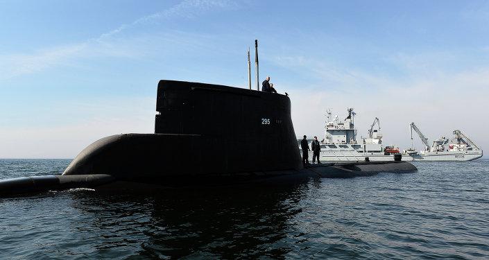 Submarino ORP Sep e navio militar da Suécia HSWMS durante os exercícios militares da OTAN