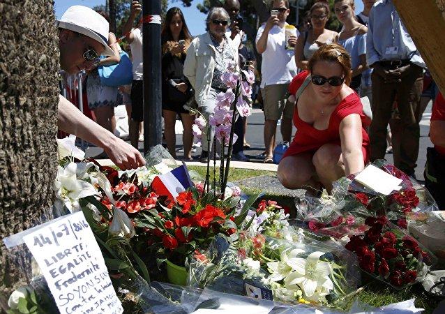 França mergulha em tristeza em homenagem às vítimas