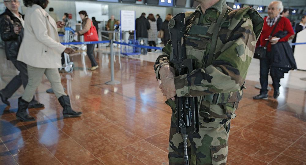 Um soldado no aeroporto de Nice (França)