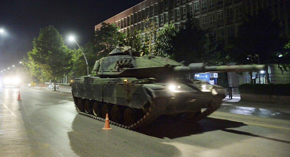 Tanque de guerra passeia pelas ruas de Ancara durante tentativa de golpe militar na Turquia