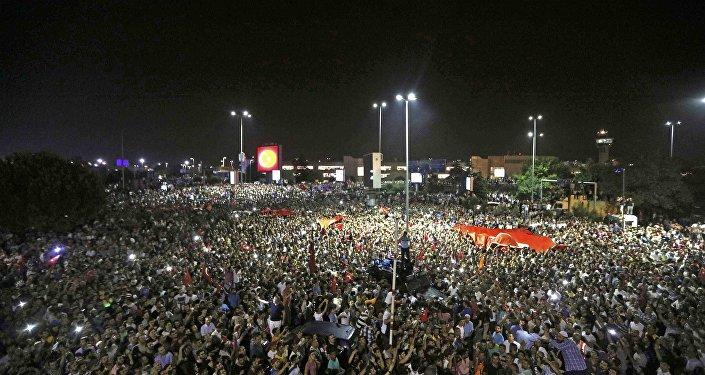 Multidão de pessoas saiu às ruas contra o golpe militar em Istambul, muitos se reuniram do lado de fora do Aeroporto de Istambul Atatürk