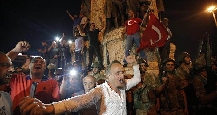Manifestantes protestam contra o golpe militar na Praça Taksim, em Istambul