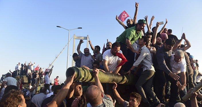 Seguidores do presidente turco, Tayyip Erdogan, comemoram o fracasso do golpe de Estado na Ponte do Bósforo, em Istambul, Turquia 16 de julho de 2016