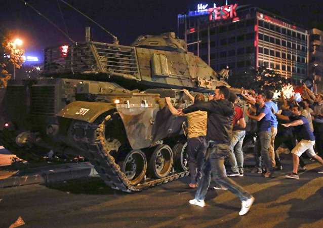 Veículo militar em tentativa de golpe militar em Ancara, Turquia