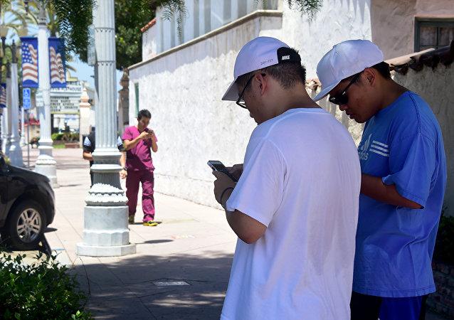 Dois americanos jogando novo aplicativo Pokémon Go