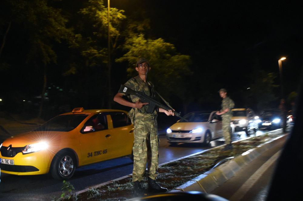 Forças de segurança turcas controlam a entrada do Estreito de Bósforo, em Istambul