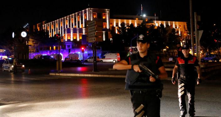 Policiais perto do edifício do Estado-Maior General da Turquia
