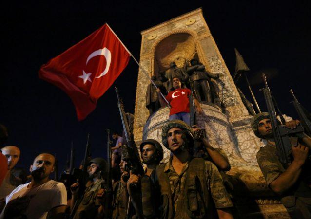 Soldados turcos na Praça Taksim, em Istambul
