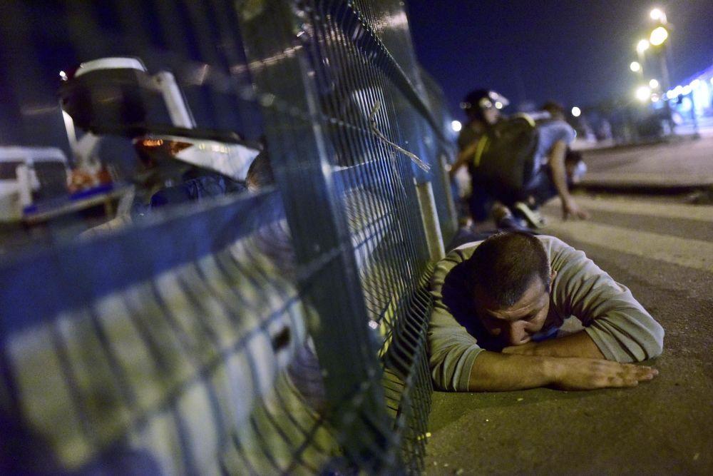 Homem se esconde dos tiros na ponte em Istambul