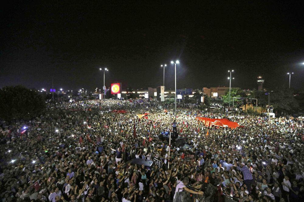 Manifestantes na praça do Aeroporto Ataturk em Istambul