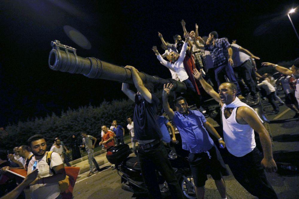 Pessoas sobem aos tanques depois do golpe fracassado