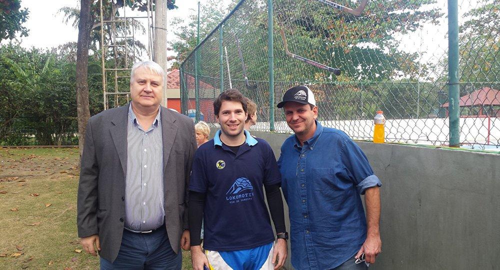 O cônsul Vladimir Tokmakov e o prefeito Eduardo Paes com o dirigente e jogador do Lokomotiv Rio Daniel Baptista