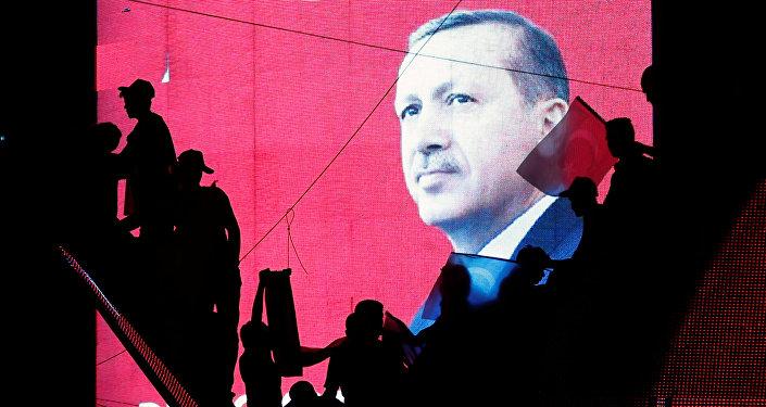 Manifestantes em Ancara demonstram apoio ao governo em frente a um telão com o retrato do presidente Recep Tayyip Erdogan, Turquia, 17 de julho de 2016