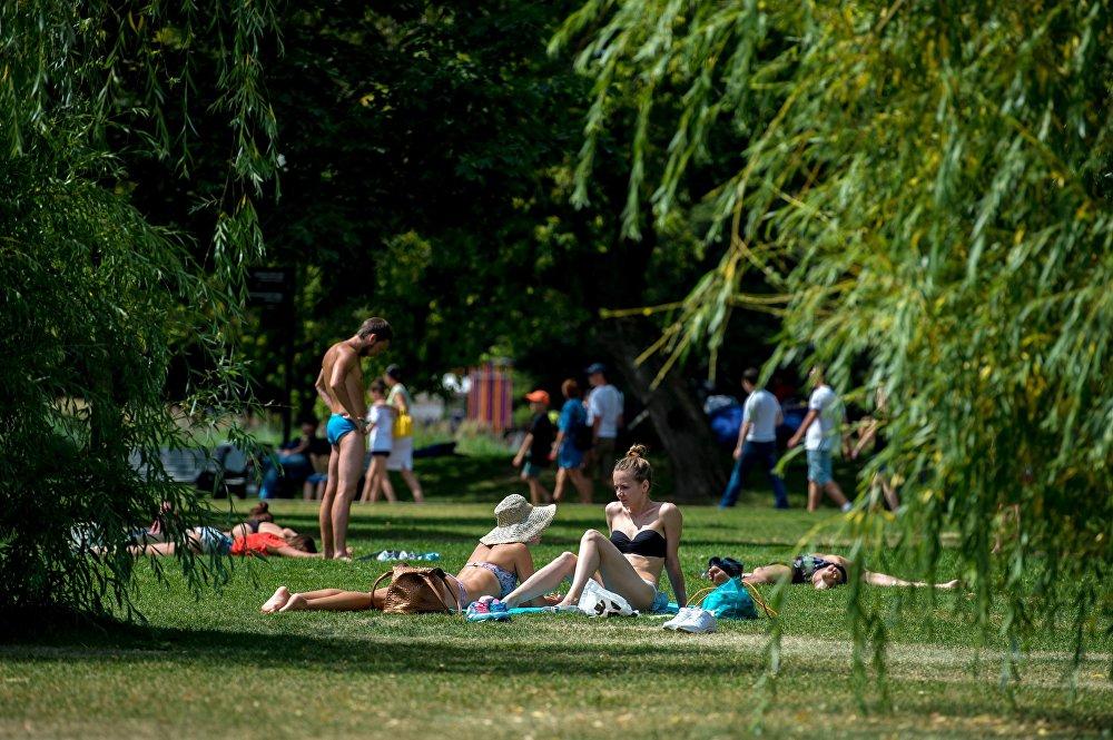 Pessoas desfrutam do sol no Parque Central Gorky de Cultura e Lazer, em Moscou