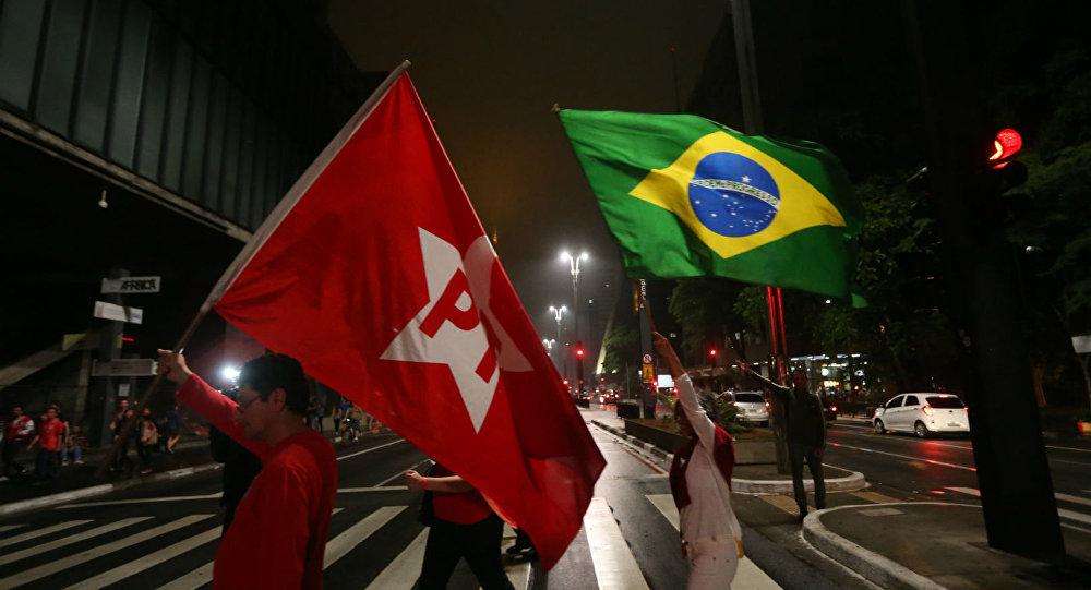 Bandeiras do Brasil e do PT, um dos maiores partidos do país