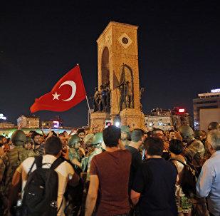 Apoiantes do presidente Erdogan na praça Taksim em 16 de julho, 2016