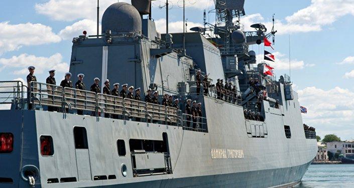 Navio de patrulha russo Admiral Grigorovich durante missão