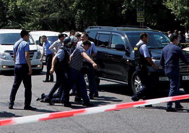 Polícia detém atirador após ataque em Almaty, Cazaquistão, em 18 de julho de 2016.