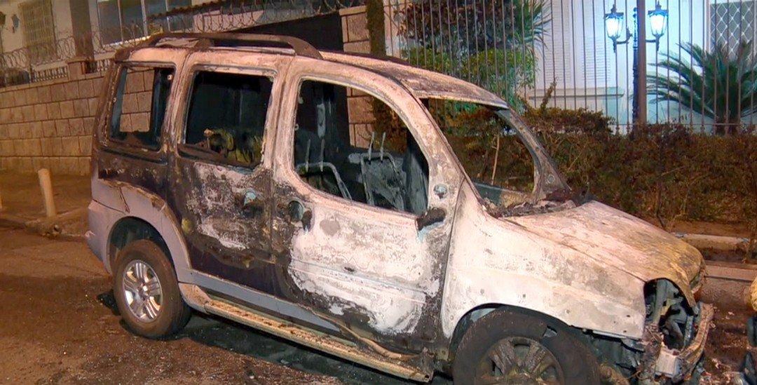 Veículo incendiado na Tijuca, na Zona Norte do Rio