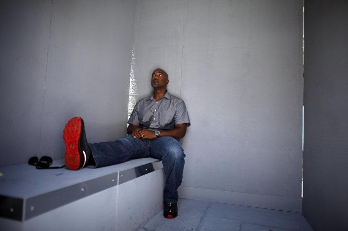 Esta foto de 29 de maio de 2016 mostra o jogador de beisebol porto-riquenho Carlos Delgado dentro de um modelo de célula de prisão durante uma ação de protesto contra a prisão de Óscar López Rivera