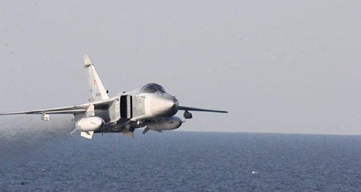 O caça russo Su-24 no mar Báltico