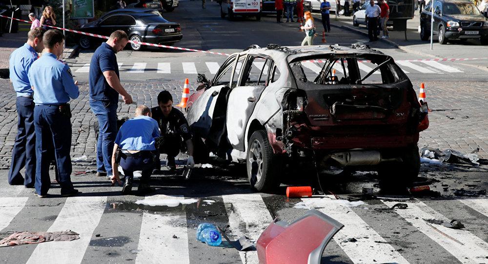 Investigadores analisam o carro em que o jornalista Pavel Sheremet foi assassinato no centro de Kiev