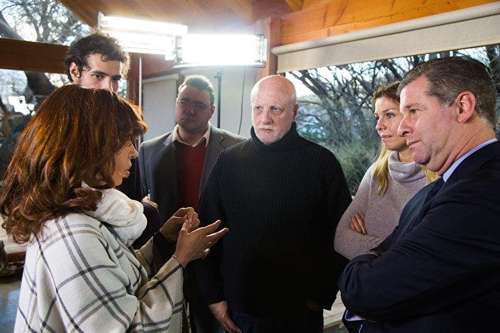 A ex-presidenta da Argentina, Cristina Kirchner, com os jornalistas em sua casa na cidade de El Calafate, no sul da Argentina