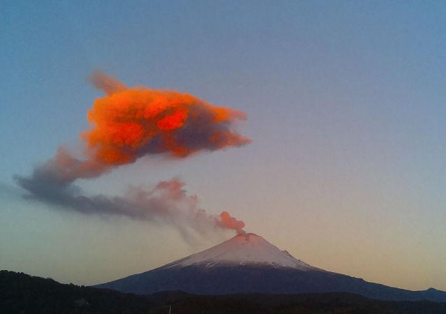 Nuvem de cinzas e vapor sob a cratera do vulcão Popocatépetl vista da cidade de San Nicolás de los Ranchos, México, 25 de março de 2015 (imagem de arquivo)