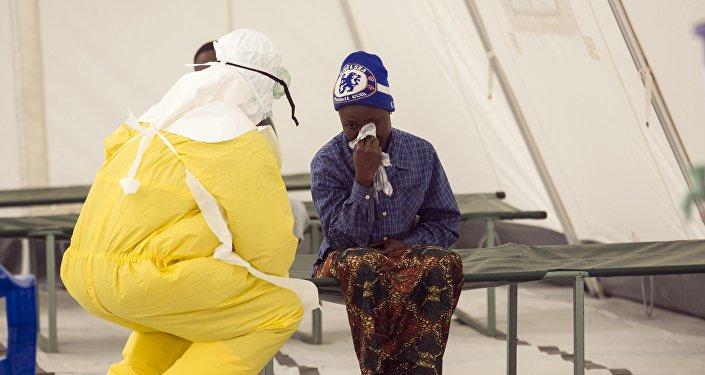 Funcionário de saúde de Serra Leoa atende um paciente suspeito de ter contraído o vírus ebola (arquivo)