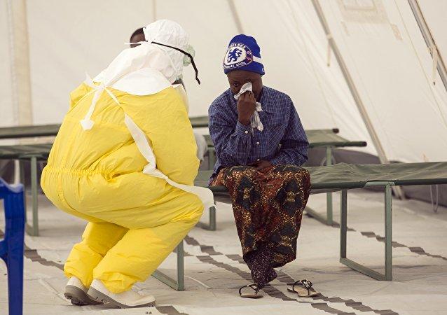 Funcionário de saúde de Serra Leoa atende um paciente suspeito de ter contraído o vírus ebola