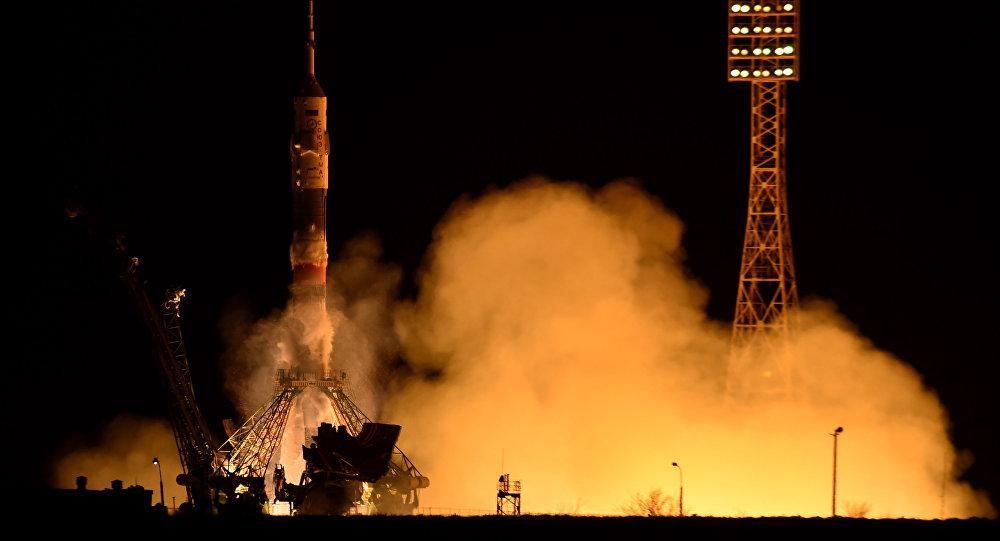 Lançamento do foguete Soyuz TMA-16M, do cosmódromo de Baikonur, em 27 de março