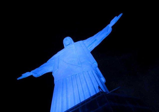 Cristo Redontor em 2014 foi iluminado em azul contra o tráfico de pessoas