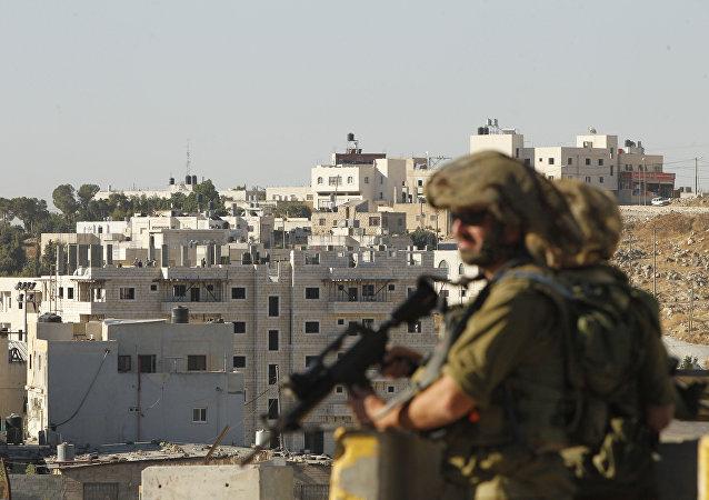 Soldados israelenses no acesso ao campo de refugiados de Fawwar, ao sul da cidade de Hebron