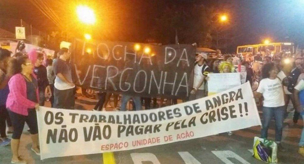 Tumulto e protestos de moradores em Angra dos Reis interromperam passagem da Tocha Olímpica pela cidade