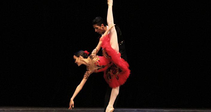 Bailarina brasileira Amanda Gomes, formada na Escola do Teatro Bolshoi no Brasil em Joinville, no Norte de Santa Catarina