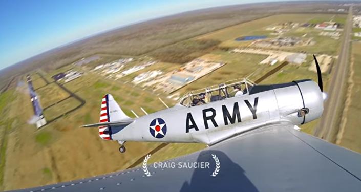 Paraquedista salta de avião da Segunda Guerra Mundial