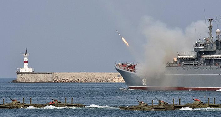 Veículos anfíbios em formação junto ao navio pesado de desembarque César Kunikov durante as comemorações do Dia da Marinha em Sevastopol, Crimeia