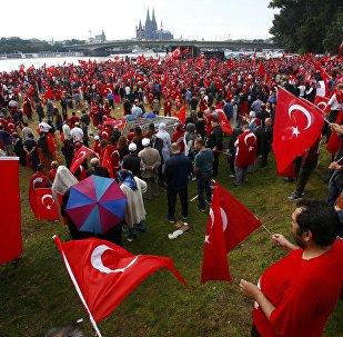 Comício em Colônia em apoio das autoridades turcas, no domingo