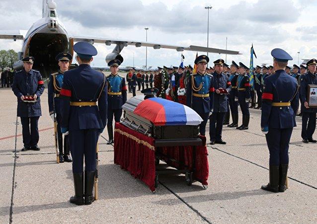 O corpo do militar russo Aleksandr Prokhorenko, morto durante a operação de liberação da cidade síria de Palmira dos terroristas do Daesh.