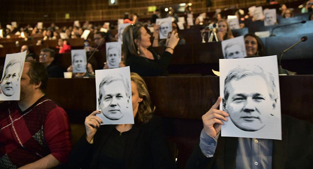 Pessoas assistem videoconferência com o fundador do WikiLeaks, Julian Assange, Quito, Equador, junho de 2016