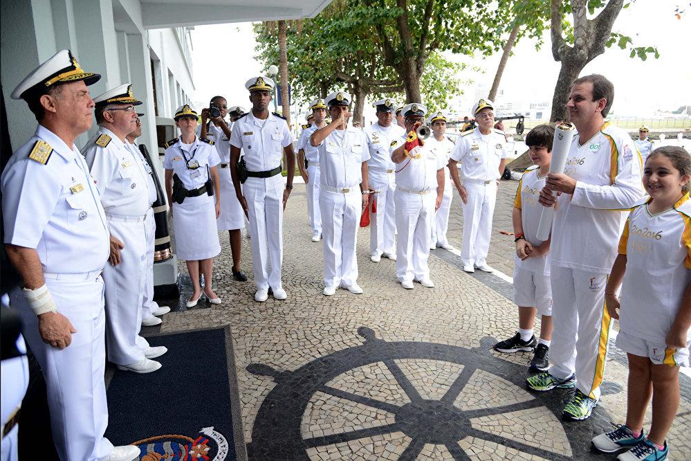 Eduardo Paes em cerimônia na Escola Naval pela chegada do fogo olímpico à cidade do Rio de Janeiro