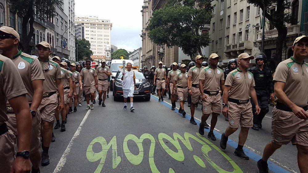 Fogo olímpico é carregado por Orlando Duque, garçom da tradicional Confeitaria Colombo desde 1952