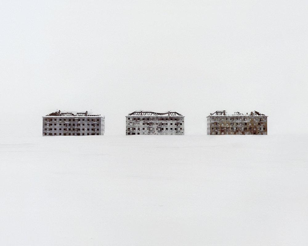 Antigos edifícios residenciais em uma cidade científica polar deserta especializada em pesquisa biológica.