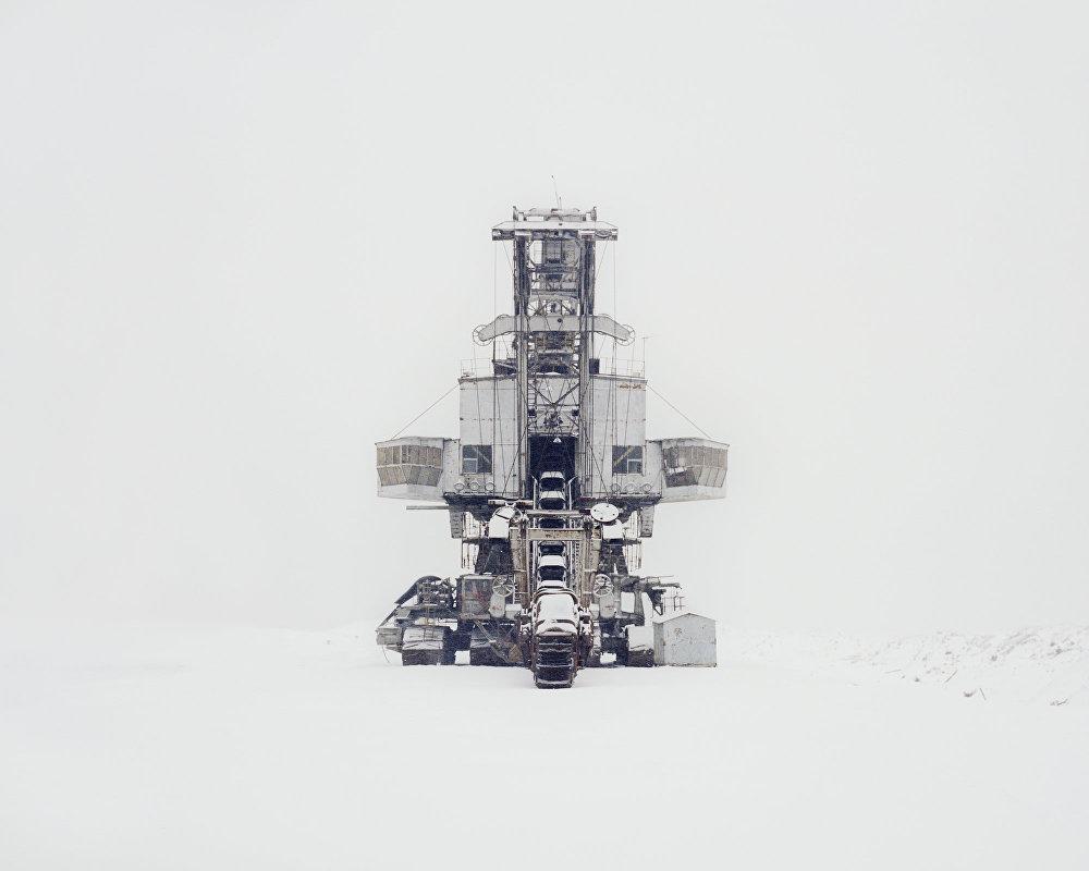 Máquina escavadora em uma pedreira fechada
