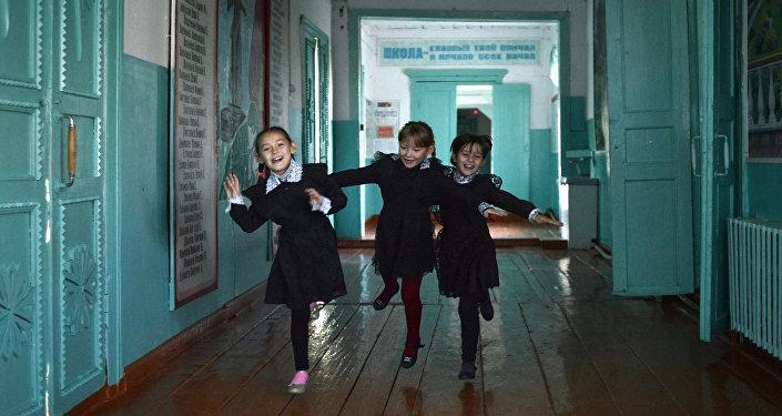 Foto da série Escola rural de Oleg Ponomaryov que foi premiada na categoria Cores do Mundo. Harmonia da Vida no Concurso Jornalístico Fotográfico Internacional Andrei Stenin 2016