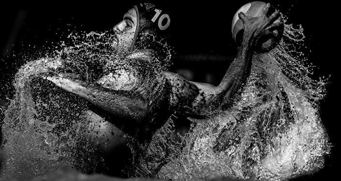 Foto da série Luz e linhas de polo aquático de Konstantin Chalabov que foi premiada na categoria Esportes no Concurso Jornalístico Fotográfico Internacional Andrei Stenin 2016